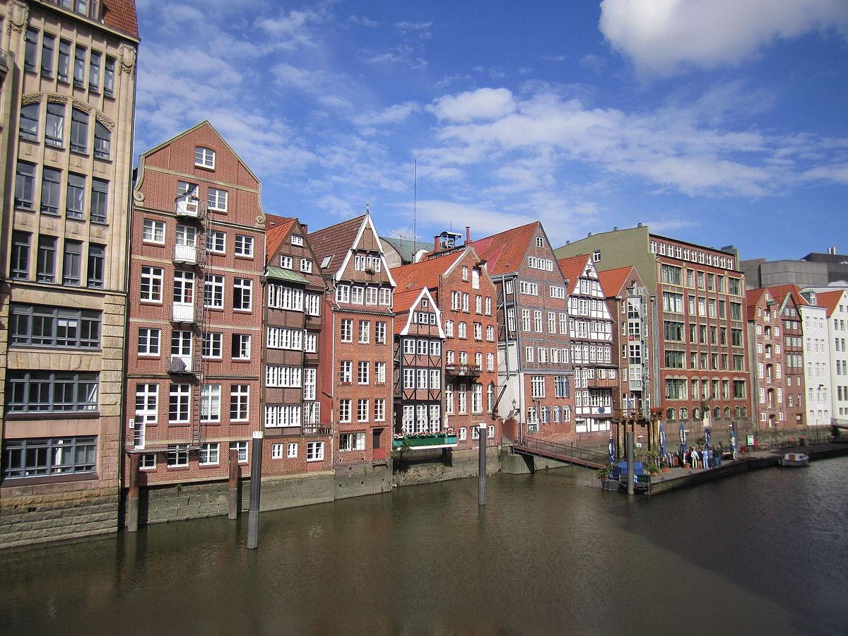 Blick vom Fleet auf die Gebäude an der Deichstraße