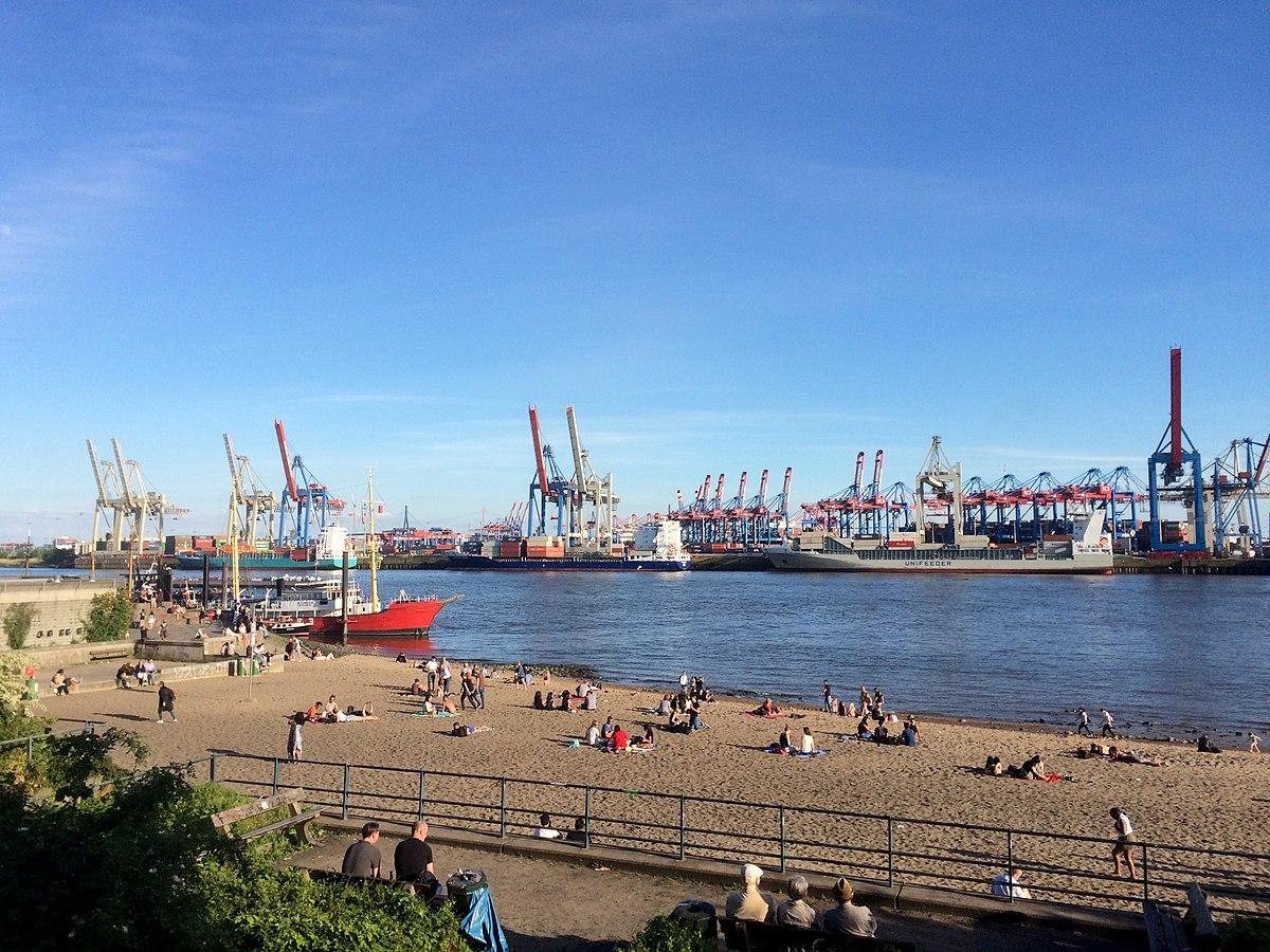 Der Elbstrand mit der Elbe und dem Hamburger Hafen im Hintergrund