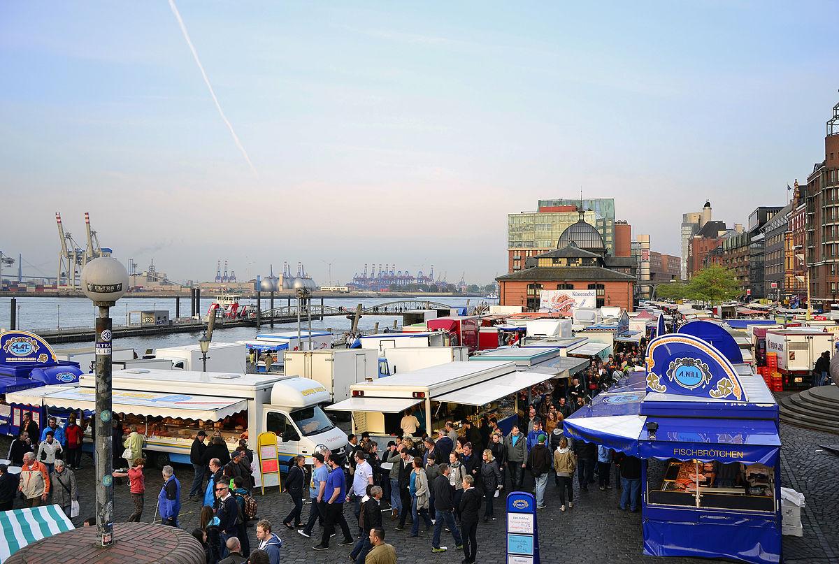 Der Fischmarkt von oben mit der Elbe und dem Hamburger Hafen im Hintergrund