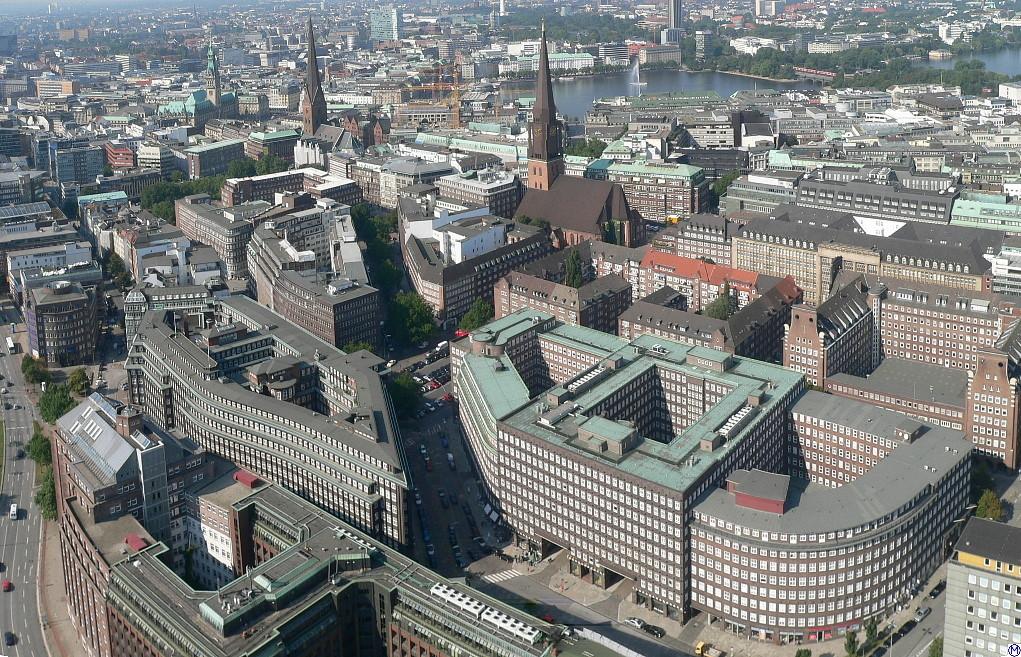 Luftbild des Kontorhausviertels mit der Innenalster im Hintergrund