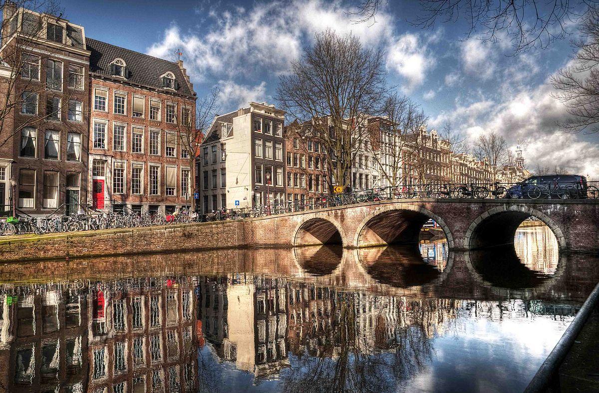 Brücke und Häuser am Amsterdamer Grachtengürtel