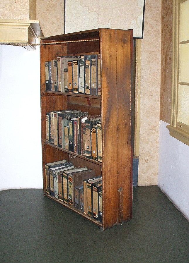 Bücherregal im Anne-Frank-Haus